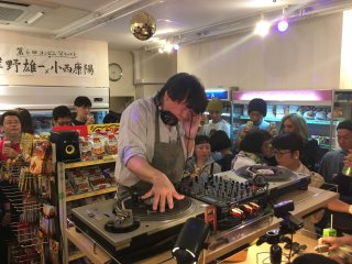 DJ KONISHI Yasuharu at the conbini